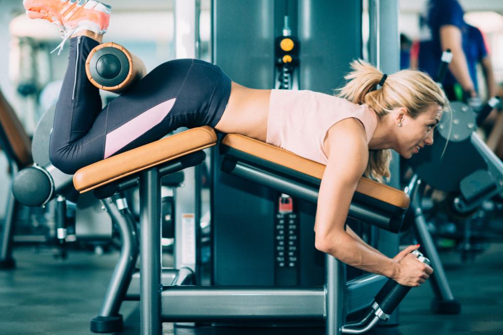 Frau macht Geräte Krafttraining im Fitnessstudio