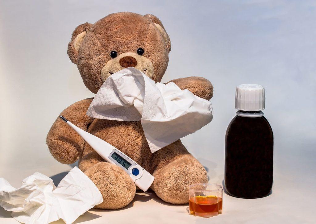 Krankheit Stoffbär mit Medizin, Taschentüchern