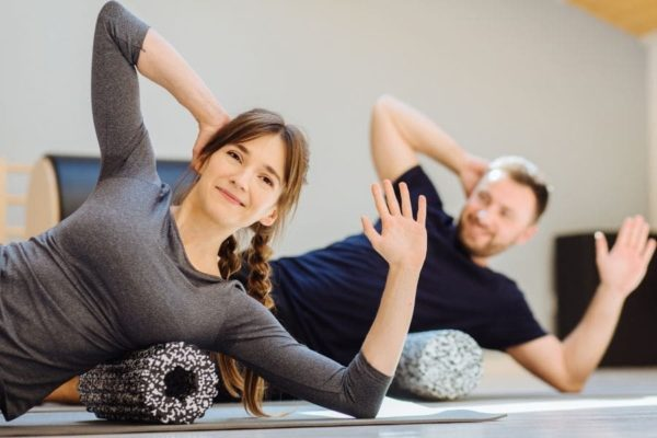 Faszien-rolle-frau-fitness-training