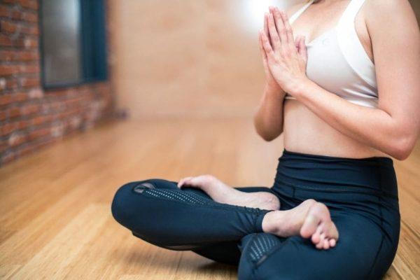 yoga-fitness-krafttraining-schneidersitz