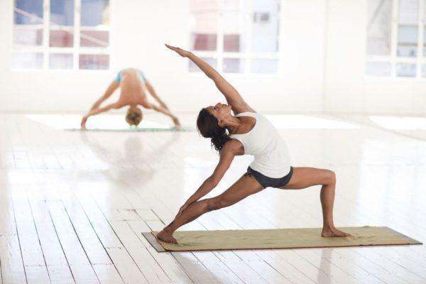 yoga-fitness-frau-kraft-training